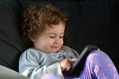 Koliko su pametni telefoni i tableti štetni za dečije oči?