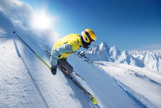 Skijač koji nosi dnevna kontaktna sočiva