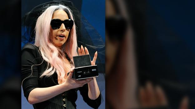 Lady Gaga nosi Polaroid naočare za sunce