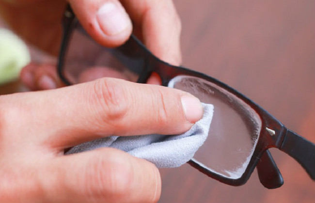 Brisanje naočara za vid
