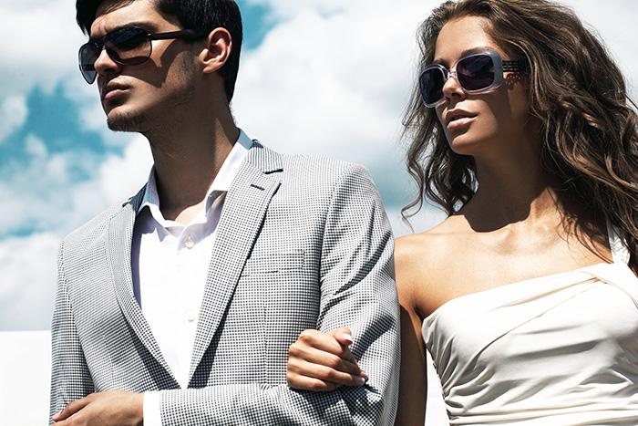 Muškarac i žena koji nose sunčane naočare sa dioptrijom