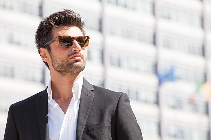 Muškarac koji nosi sunčane naočare sa dioptrijom